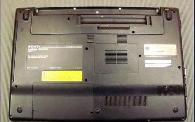 Sony-VAIO-VPCEB3-Verschmutzung-von-unten-zu-erkennen.JPG