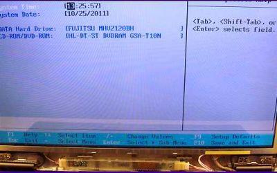 laptop-display-reparatur-fujitsu-siemens-amilo-display-wurde-ausgewechselt-abdeckung-ist-noch-nicht-montiert.jpg
