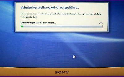 laptop-display-reparatur-sony-vaio-vpcec4l1e-kaputter-bildschirm-wurde-ausgetauscht-vordere-abdeckung-ist-montiert.jpg
