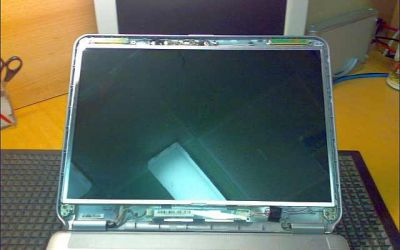 vaio-ns21-display-gebrochen-displaydeckel-zum-austausch-geoeffnet.jpg
