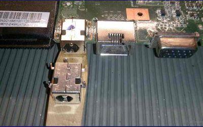 asus-x53-alte-netzbuchse-noch-eingeloetet-neue-strombuchse-liegt-vorn.jpg