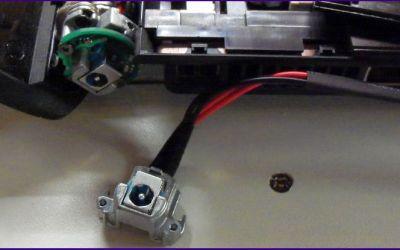 defekte-aspire-8930-strombuchse-reparatur-alte-netzbuchse-liegt-vor-dem-geraet.jpg