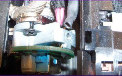 defekte-aspire-8930-strombuchse-reparatur-ansicht-auf-durchtrenntes-kabel.jpg