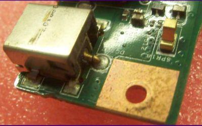 laptop-netzbuchsen-innenleiter-ist-ueber-der-loetstelle-gebrochen.jpg