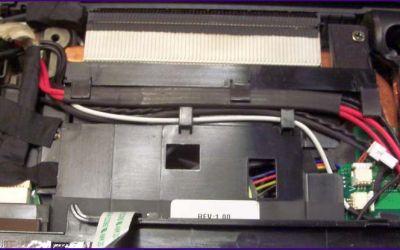 laptop-netzbuchsen-reparatur-acer-aspire-8930-hat-defekte-gesteckte-netzbuchse-obere-abdeckung-ist-geoeffnet.jpg