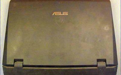 asus-g73jw-wird-heiss-kuehler-reinigen-laptop-von-oben.jpg