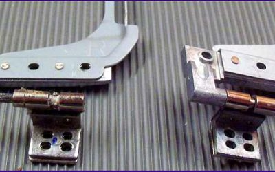 laptop-scharnier-reparatur-hp-pavilion-zv-5000-links-das-gebrochene-scharnier-rechts-das-neue-scharnier.jpg