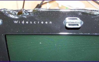 laptop-displaydeckel-austausch-deckel-des-hp-pavilion-wurde-durch-brennende-kerze-verschmort-ansicht-von-vorn.jpg