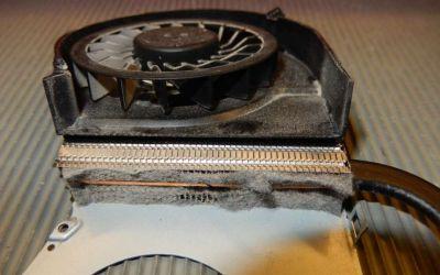 hp-pavilion-g7-2245-wird-heiss-und-laut-laptop-kuehler-wurde-zur-reinigung-abgebaut-ist-extrem-stark-verstaubt.jpg
